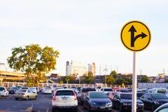 Verkehrssymbol in Parkplatz backgroun Stockbild