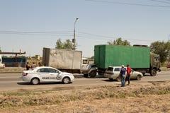 Verkehrsunfall auf der Straße, die alte Handels-LKWs mit einbezieht Stockbilder