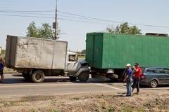 Verkehrsunfall auf der Straße, die alte Handels-LKWs mit einbezieht Lizenzfreie Stockfotos