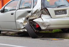 Verkehrsunfall mit einem zerschmetterten Auto Lizenzfreies Stockbild