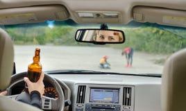 Verkehrsunfall wegen des Alkohols ungefähr zu geschehen Lizenzfreies Stockfoto