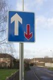 Verkehrsvorfahrtsstraßezeichen lizenzfreies stockfoto