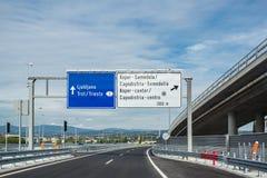 Verkehrszeichen auf der Autobahn lizenzfreies stockbild