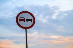 Verkehrszeichen auf einem blauen Himmel Stockfotos