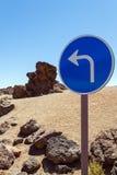 Verkehrszeichen auf einem Hintergrund von Steinen Lizenzfreie Stockbilder