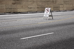 Verkehrszeichen auf Straße Stockfotografie