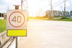 Verkehrszeichen auf Straße im Industriegebiet Stockfotografie