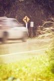 Verkehrszeichen, Bewegung verwischte Aufnahmen-LKW auf öffentlicher Straße und T Lizenzfreie Stockbilder