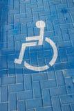 Verkehrszeichen, das für Behinderter im Parkplatz parkt stockbilder