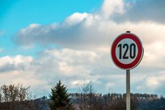 Verkehrszeichen, das 120 Kilometer pro Stunde bedeutet Stockfotografie