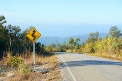 Verkehrszeichen der Kurve voran Lizenzfreie Stockfotografie