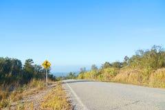 Verkehrszeichen der Kurve voran Stockfotos