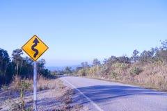 Verkehrszeichen der Kurve voran Lizenzfreie Stockfotos