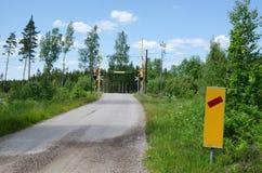 Verkehrszeichen an einem Bahnübergang Stockfotos