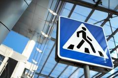 Verkehrszeichen - Fußgängerübergang Stockbild