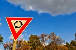 Verkehrszeichen gegen blauen Himmel mit Wolken stockfotografie