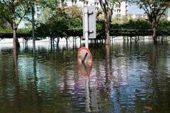 Verkehrszeichen herein die schwere Flut Stockfoto