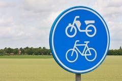 Verkehrszeichen innen landwirtschaftliche Landschaft Lizenzfreie Stockfotos