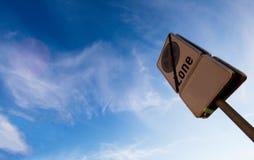 Verkehrszeichen: Kein Stoppen während des Zeitraums angezeigt, roter Weg, Clearway mit Hintergrund des blauen Himmels stockfoto
