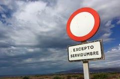 Verkehrszeichen mit bewölktem Himmel lizenzfreie stockfotos