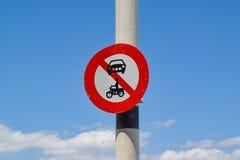 Verkehrszeichen mit einem Konzept ohne Eintritt für Fahrzeuge gegen einen Hintergrund des blauen Himmels stockbild
