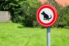 Verkehrszeichen verboten, um Hundeheck hier zu lassen Lizenzfreie Stockbilder