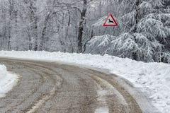 Verkehrszeichen warnt die Rotwild, die 2 kreuzen Lizenzfreie Stockfotos