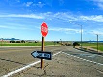 Verkehrszeichenhalt und eine Möglichkeit an der Straße Stockbild