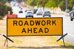 Verkehrszeichenvoran warnen der Straßenarbeiten im Freien Stockfoto