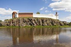 Verkhotursky Kreml på bankerna av floden Tura Verkhoturye Ryssland Royaltyfria Foton