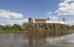 Verkhotursky Kreml på bankerna av floden Tura Verkhoturye Ryssland Arkivfoton