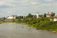 Verkhotursky Kremlin sur les banques de la visite de rivière Verkhoturye Russie photo stock