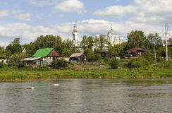 Verkhotursky St Nicholas Monastery och floden Tura Verkhoturye Sverdlovsk region Royaltyfri Bild