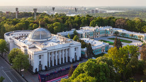 Verkhovna Rada大厦在春天微明下 免版税库存图片