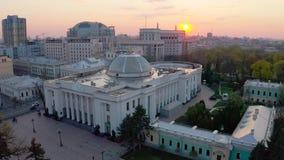 Verkhovna Rada de Ucrania durante puesta del sol El edificio del parlamento ucraniano El cuerpo legislativo principal del almacen de video