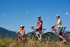 Verkhovyna, Ukraine - 19 août 2017 : la famille de cycliste, la maman, le papa et le petit garçon drôle d'enfant voyageant sur la Image stock