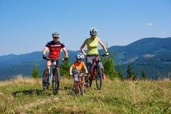 Verkhovyna, Ukraine - 19 août 2017 : La montagne de recyclage de touristes de cyclistes, de maman, de papa et de petit garçon d'e Photographie stock