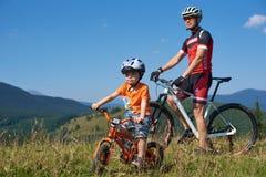 Verkhovyna, Ukraine - 19 août 2017 : Les cyclistes de touristes, le papa et le petit garçon sur la montagne va à vélo dans la hau Photo libre de droits