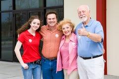 Verkiezing - Familie buiten Opiniepeilingen stock afbeeldingen