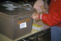 Verkiezing het vrijwilligers stemt deponeren in een stembus in een stemlokaal, CA Royalty-vrije Stock Fotografie