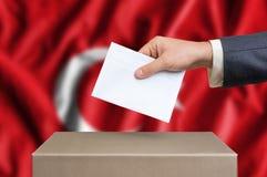 Verkiezing in Turkije die - bij de stembus stemmen stock foto's