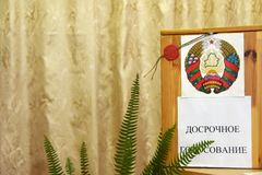 Verkiezingen van Afgevaardigden en de Voorzitter in de Republiek van Witrussische Vroege stemming zoals in de V.S. stock foto