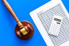 Verklaar faillissementsconcept Begin van faillissementsprocedure Rechtershamer, financiële documenten, calculator op blauw royalty-vrije stock afbeelding