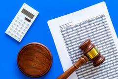Verklaar faillissementsconcept Begin van faillissementsprocedure Rechtershamer, financiële documenten, calculator op blauw royalty-vrije stock foto's