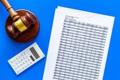 Verklaar faillissementsconcept Begin van faillissementsprocedure Rechtershamer, financiële documenten, calculator op blauw royalty-vrije stock afbeeldingen