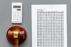 Verklaar faillissementsconcept Begin van faillissementsprocedure Rechtershamer, financiële documenten, calculator op grijs stock afbeeldingen