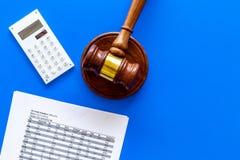 Verklaar faillissementsconcept Rechtershamer, financiële documenten, calculator op de blauwe ruimte van het achtergrond hoogste m stock afbeeldingen