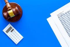 Verklaar faillissementsconcept Rechtershamer, financiële documenten, calculator op de blauwe ruimte van het achtergrond hoogste m royalty-vrije stock afbeelding