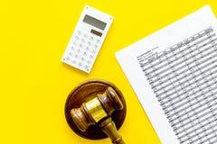 Verklaar faillissementsconcept Rechtershamer, financiële documenten, calculator op de gele ruimte van het achtergrond hoogste men stock afbeeldingen