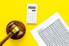 Verklaar faillissementsconcept Rechtershamer, financiële documenten, calculator op de gele ruimte van het achtergrond hoogste men stock fotografie